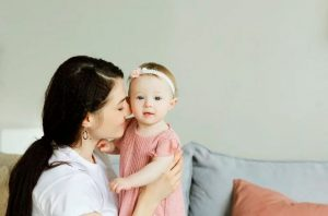 Madre trabajadora cuidando a su hija