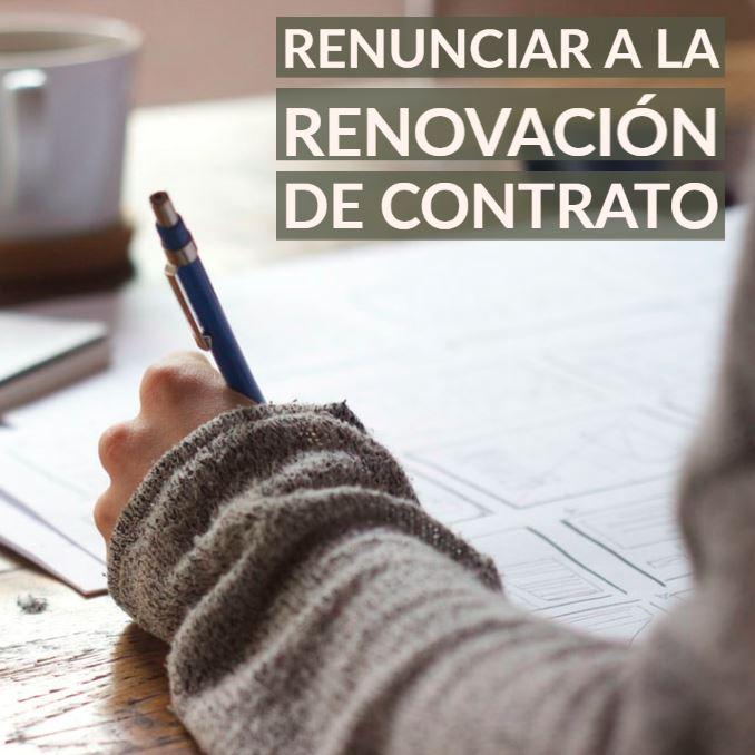 Persona escribiendo una carta de renuncia de renovación de contrato