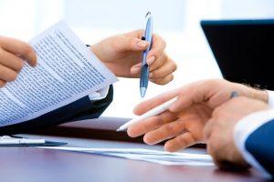 Empleado entregando carta de renuncia