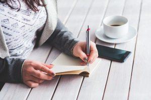 estudiante escribiendo una carta