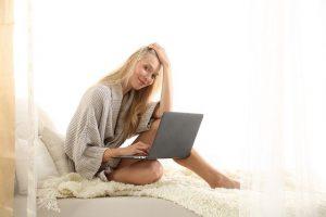 Mujer escribiendo una carta de despedida de trabajo