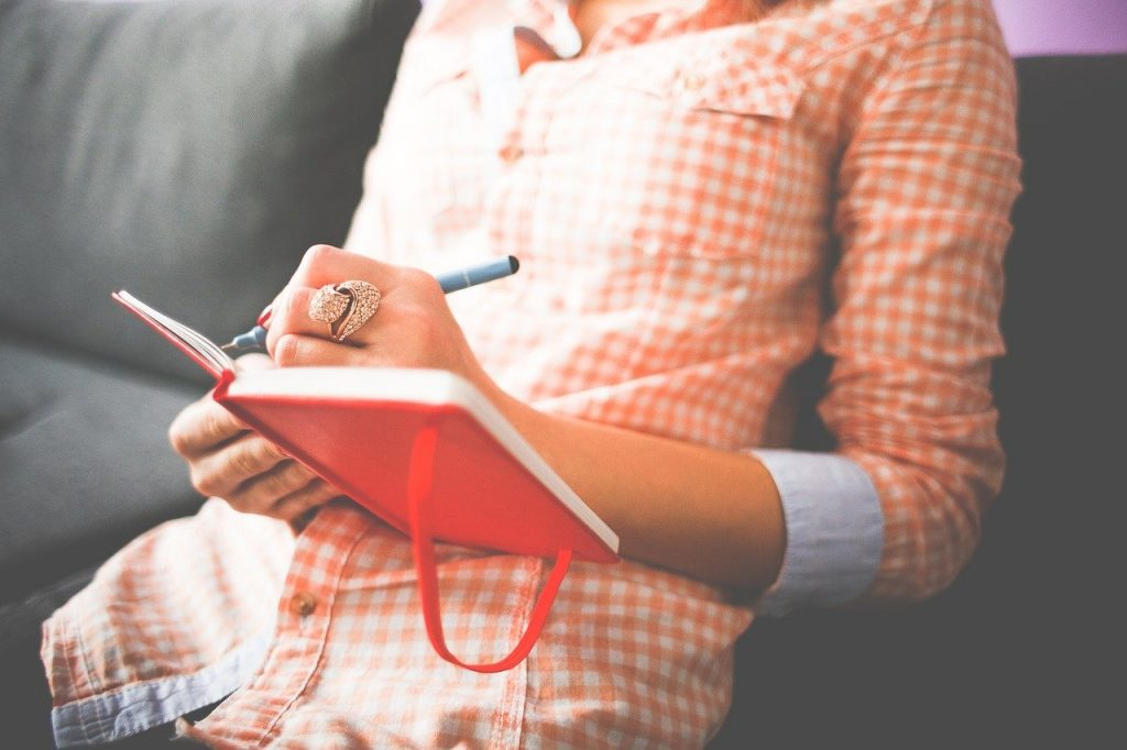 Mujer escribiendo una carta de renuncia de trabajo irrebocable