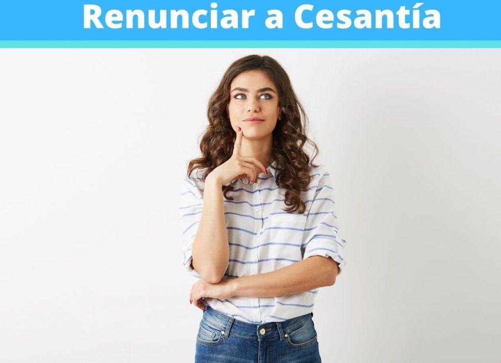 Mujer pensando como renunciar a cesantía
