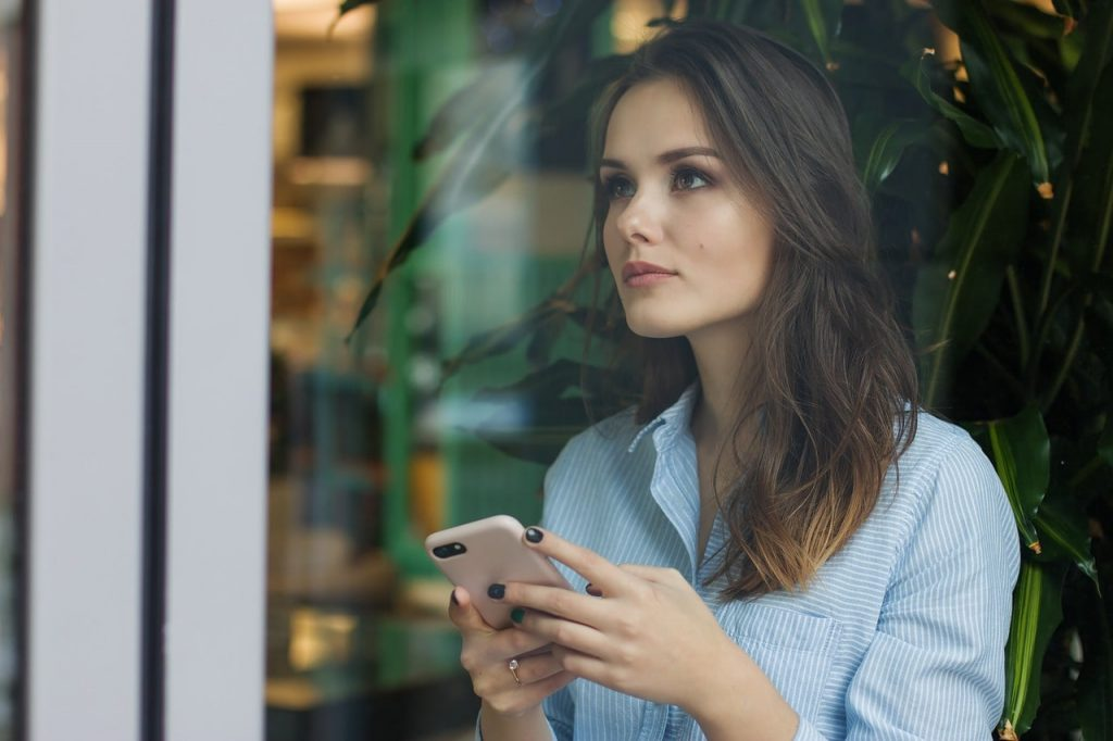 Mujer opinando por teléfono